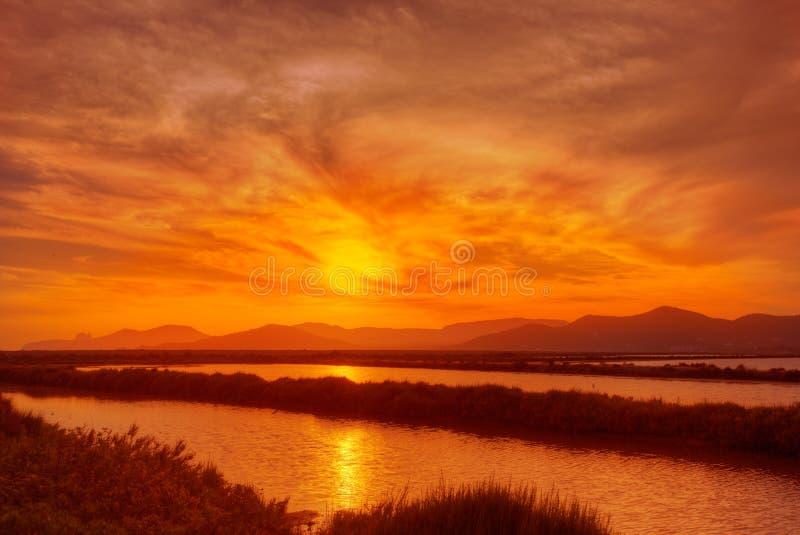 Saltworks för Ibiza sessaltdam på solnedgången i Sant Josep arkivfoton