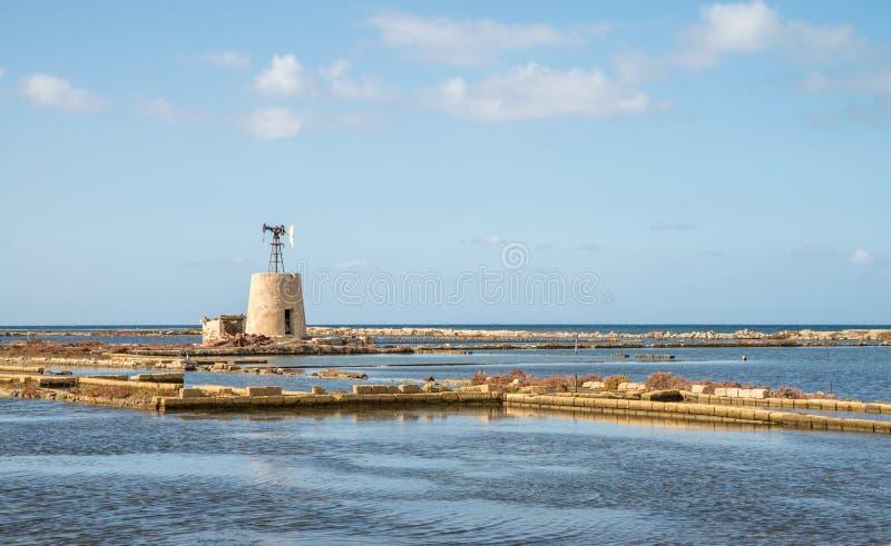 Saltworks velho cênico perto de Trapani na ilha de Sicília foto de stock