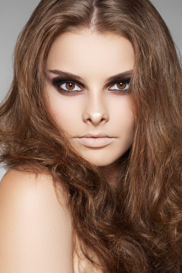 Salud, cuidado de la belleza. Modelo con el pelo largo del volumen fotos de archivo