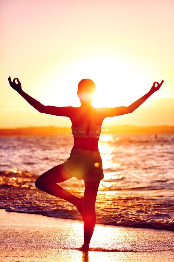 Salud de la mente - mujer de la yoga que se coloca en una pierna que hace actitud del árbol fotografía de archivo