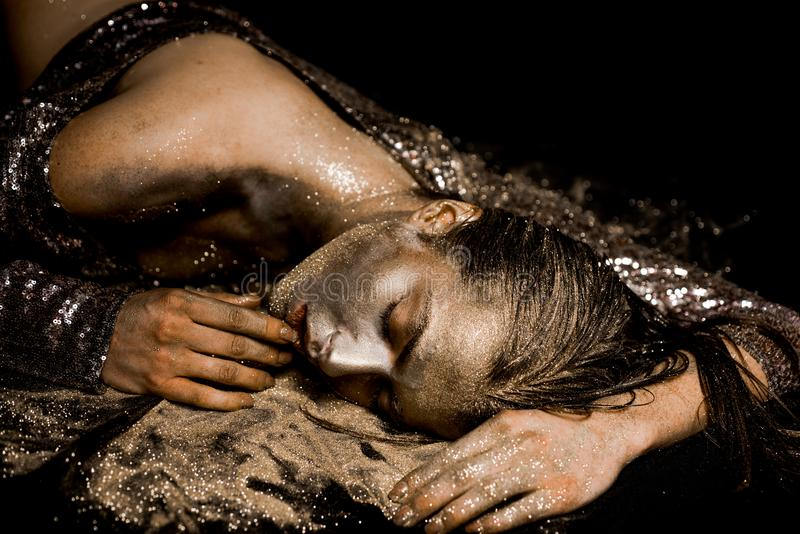 Salud del balneario Riqueza y bienestar M?scara de oro Procedimiento de lujo de la belleza Oro puro Se?ora de oro que se relaja E imagenes de archivo