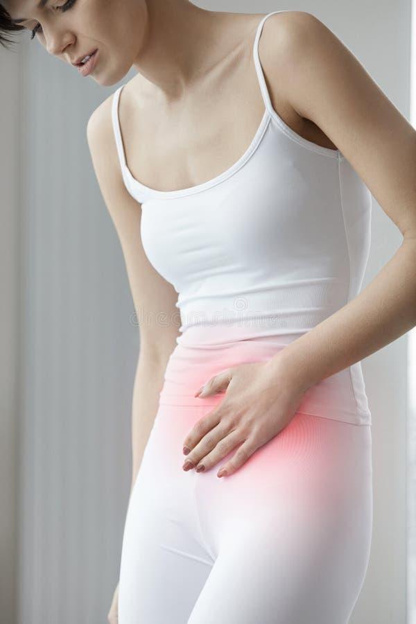 Salud del estómago Primer del dolor hermoso de la sensación de cuerpo femenino imagen de archivo libre de regalías