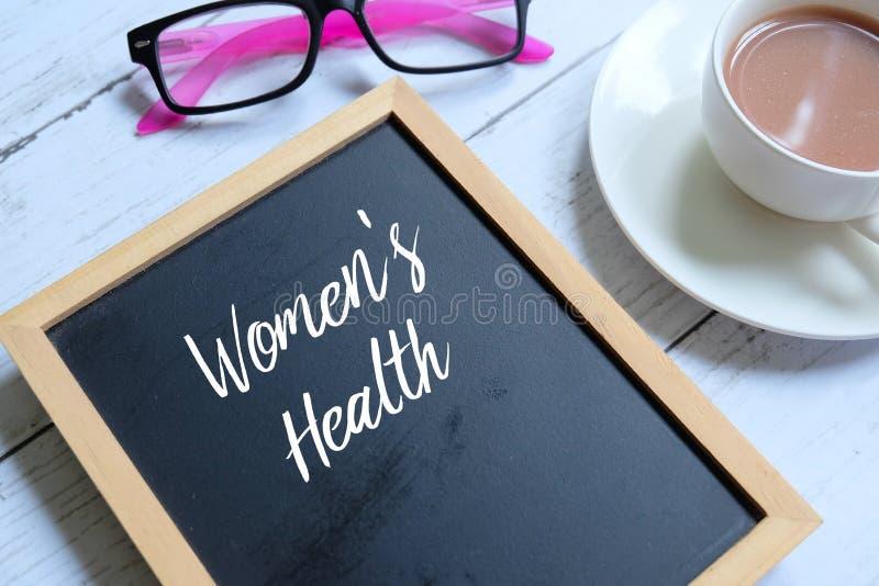 Salud del ` s de las mujeres escrita en una pizarra imagen de archivo