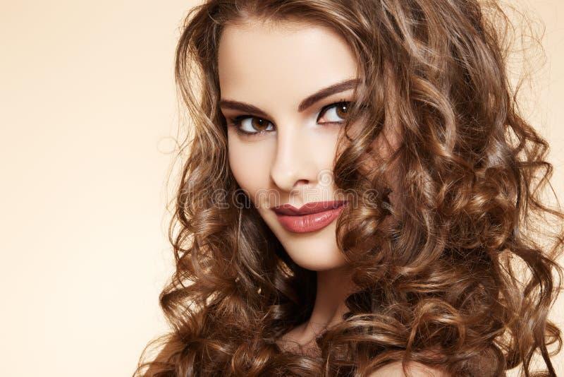 Salud. Modelo hermoso con el pelo rizado largo fotos de archivo libres de regalías