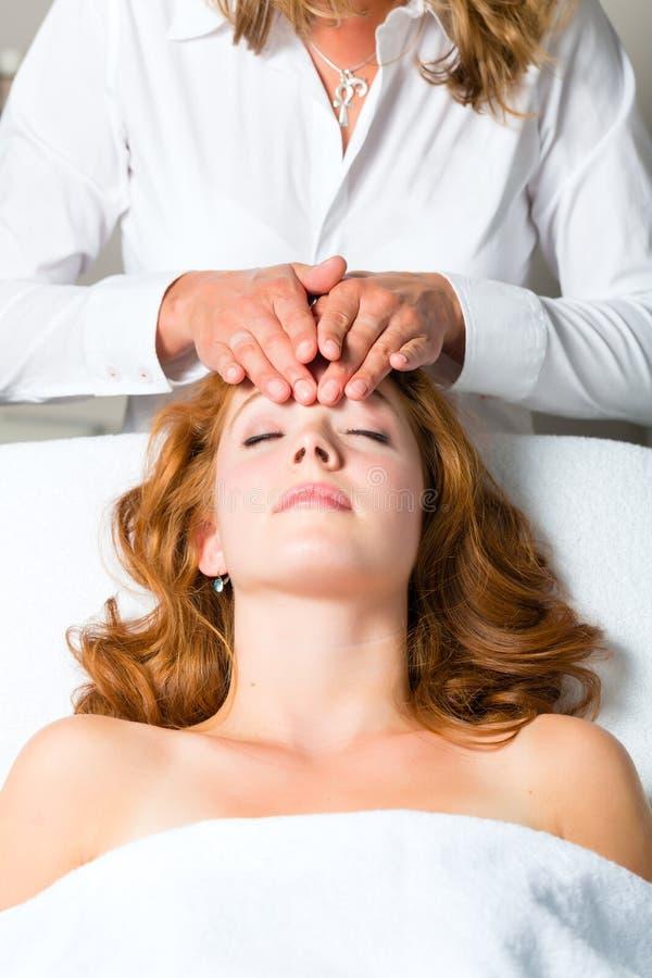 Salud - mujer que consigue el masaje principal en balneario fotos de archivo libres de regalías