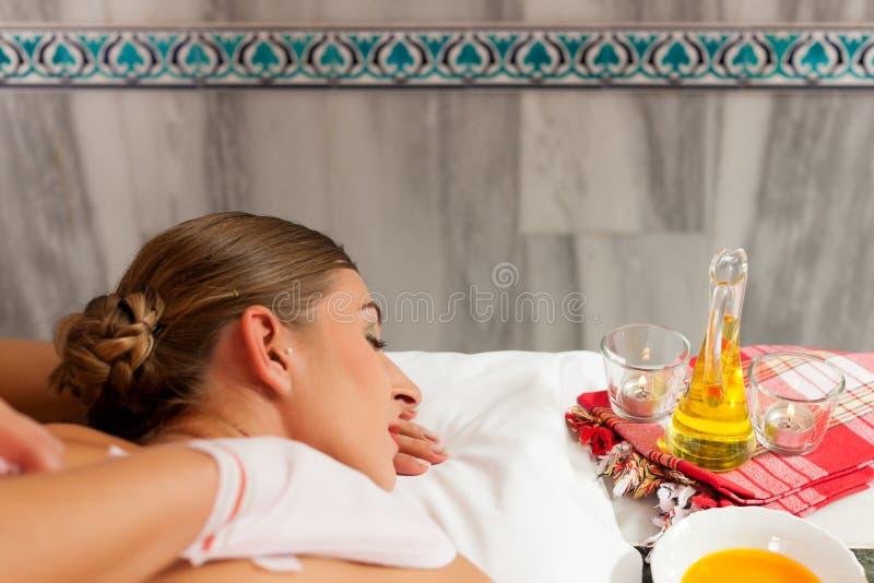 Salud - mujer que consigue masaje en balneario imagenes de archivo