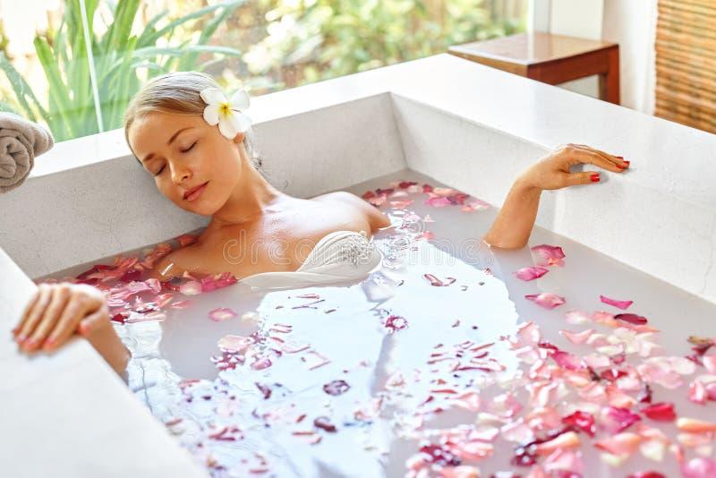 salud Piel, terapia del balneario del cuidado del cuerpo Mujer en baño belleza foto de archivo