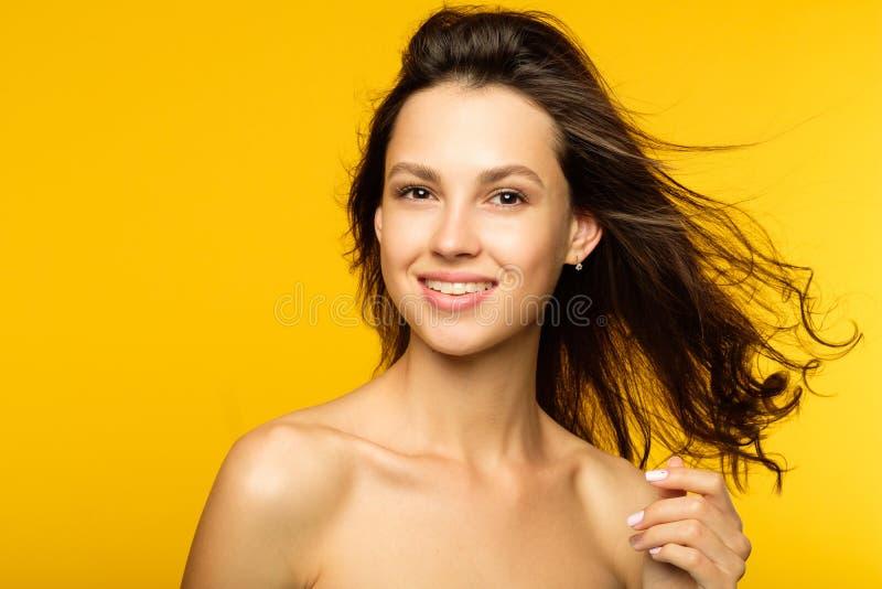 Salud sonriente de la libertad de la belleza del pelo del viento de la muchacha foto de archivo libre de regalías