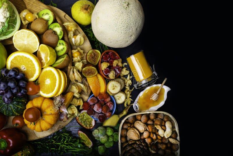 Salud y comida estupenda para impulsar el sistema inmune, alto en antioxidantes, antocianinas, minerales y vitaminas imágenes de archivo libres de regalías
