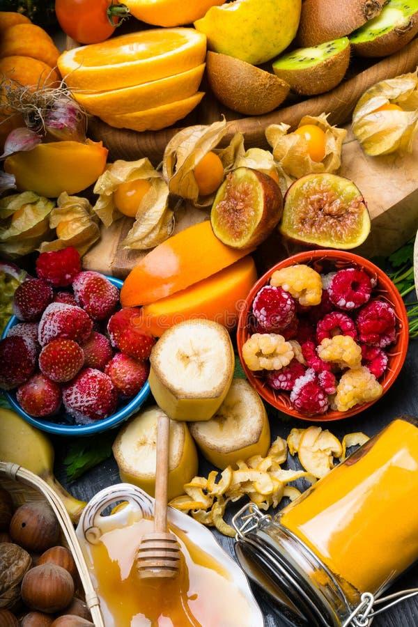 Salud y comida estupenda para impulsar el sistema inmune, alto en antioxidantes, antocianinas, minerales y vitaminas imagen de archivo libre de regalías
