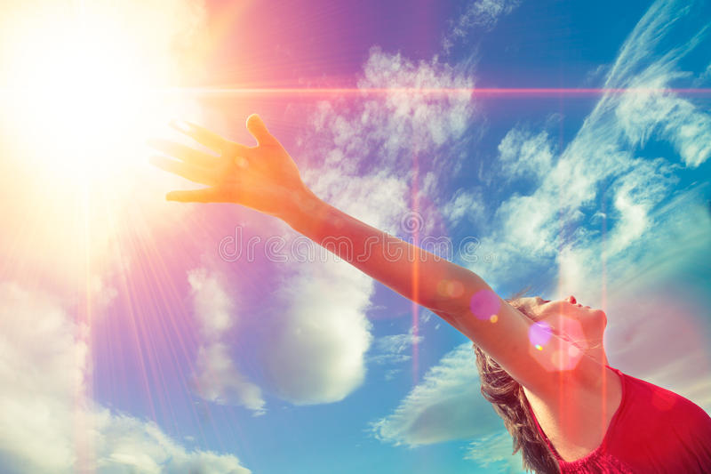 Salud y concepto feliz, muchacha y brazos abiertos al cielo de la puesta del sol fotografía de archivo