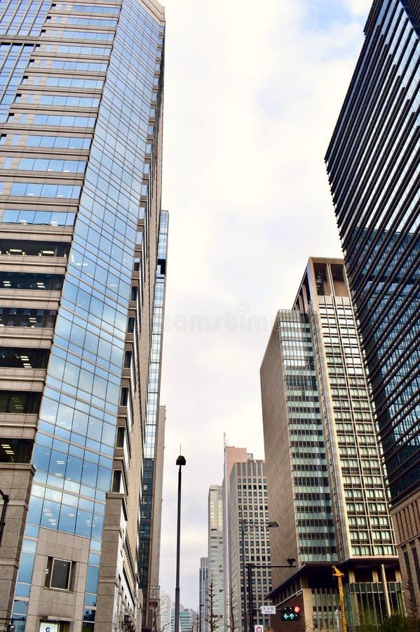 Salude los edificios de oficinas modernos en área comercial de las finanzas del centro de Japón Tokio imagenes de archivo