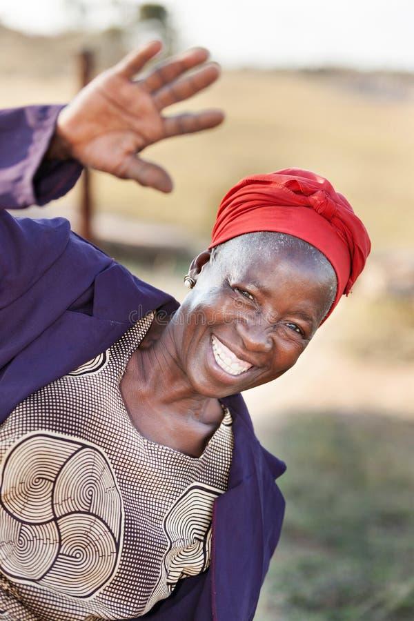 Saludo africano de la mujer del jubilado imagen de archivo