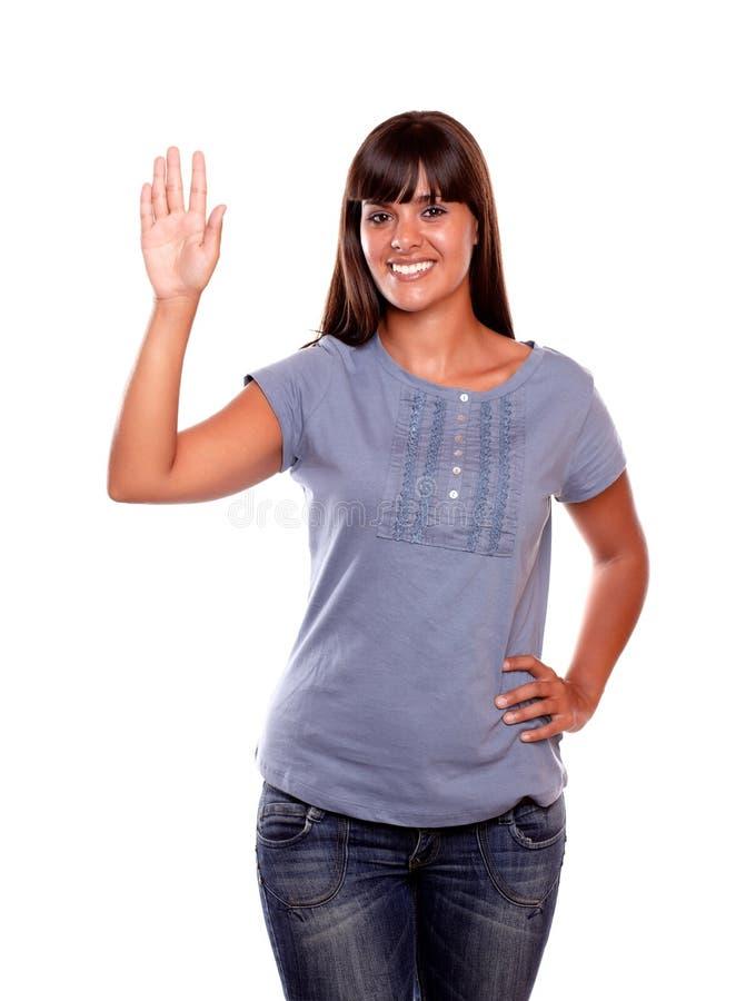 Saludo cómodo de la mujer joven en la camisa azul imagen de archivo