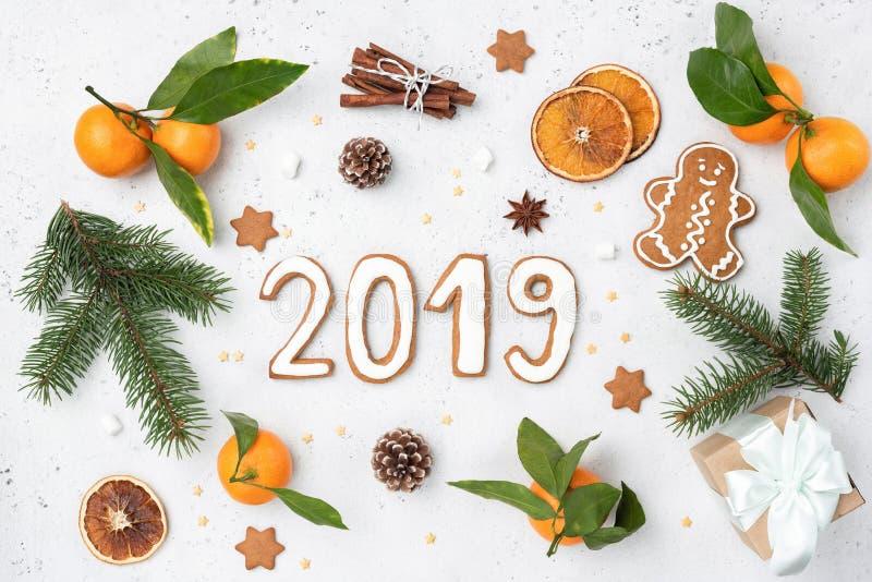 2019 saludo con las galletas del pan de jengibre, árbol de abeto, decoraciones imagenes de archivo