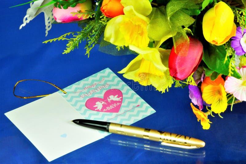 Saludo de la tarjeta del día de San Valentín - en el fondo de flores El día de tarjeta del día de San Valentín del St de amantes, fotos de archivo libres de regalías