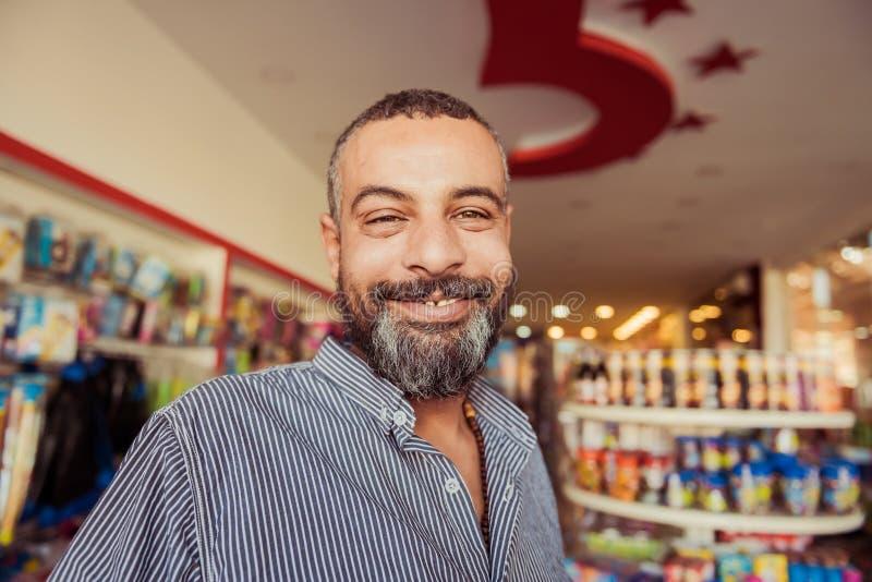 Saludo del retrato positivo del vendedor egipcio afable foto de archivo libre de regalías