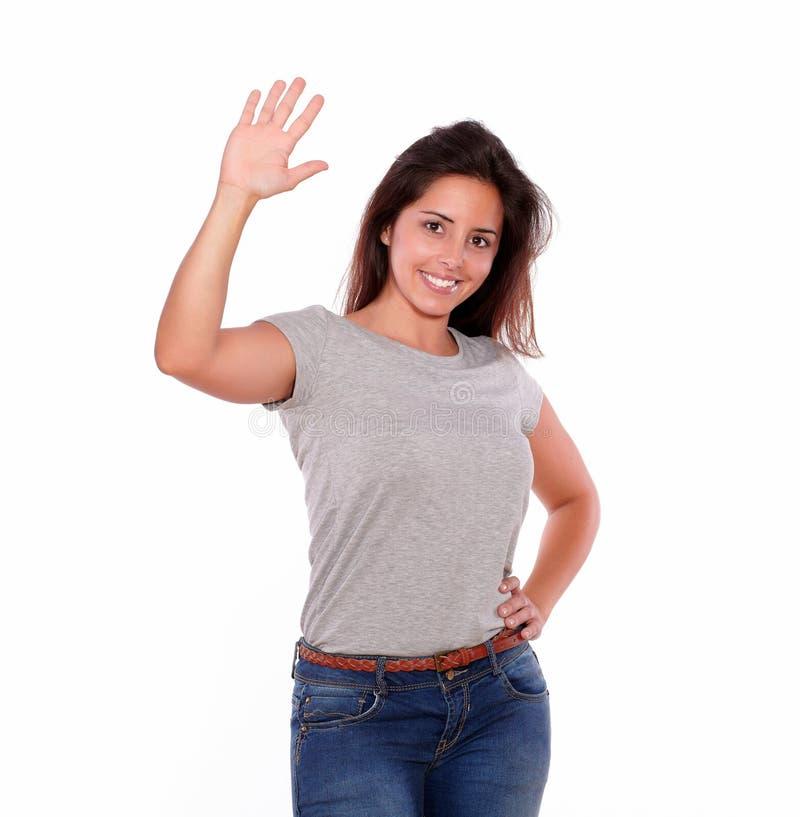 Saludo encantador de la mujer joven con su mano foto de archivo libre de regalías