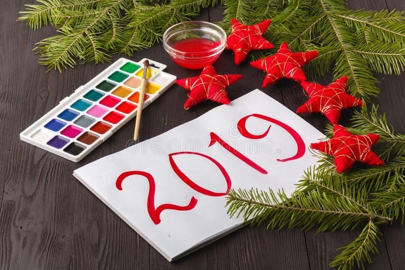 Saludo pintado de la Navidad Niños que dibujan el símbolo 2019 del año en el papel fotografía de archivo