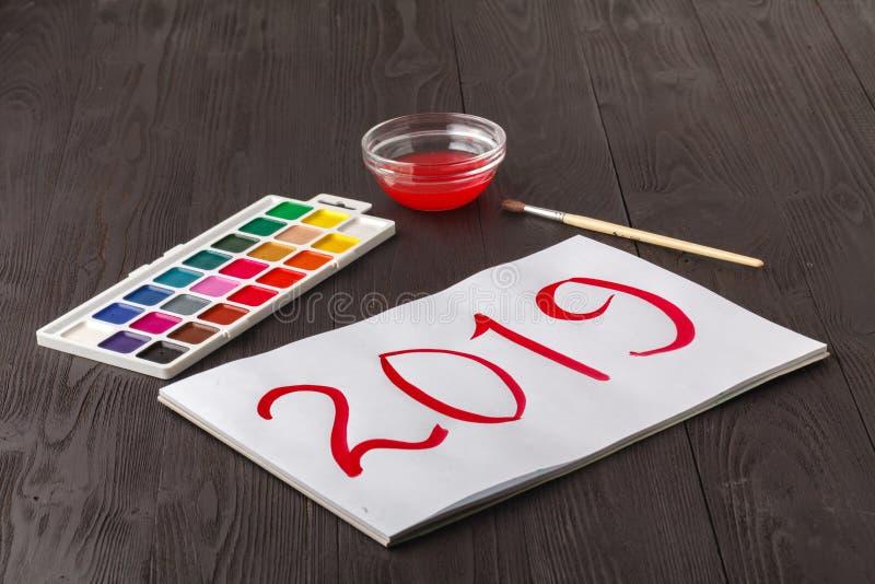 Saludo pintado de la Navidad Niños que dibujan el símbolo 2019 del año en el papel fotografía de archivo libre de regalías