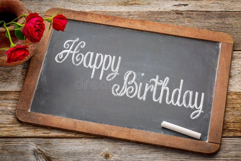 Saludos del feliz cumpleaños en la pizarra fotos de archivo