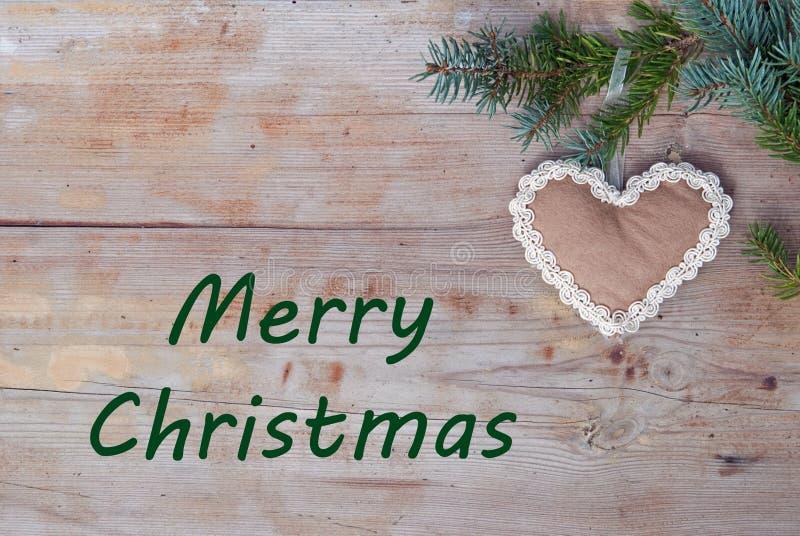 Saludos naturales de la Navidad con el corazón del pan de jengibre imagenes de archivo