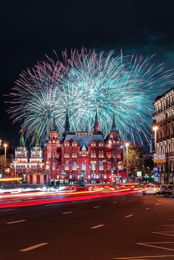 Salut na placu czerwonym fajerwerki nad Dziejowy muzeum obrazy royalty free