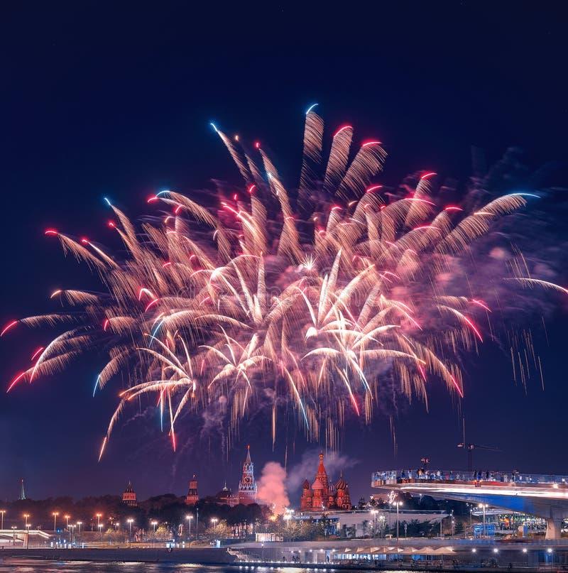 Salut nad Kremlin fajerwerki przy festiwalu ` Spassky wierza ` obrazy stock