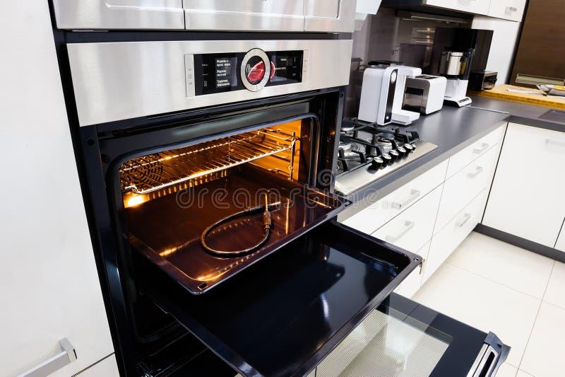 Salut-tek cuisine moderne, four avec la porte ouverte photo stock