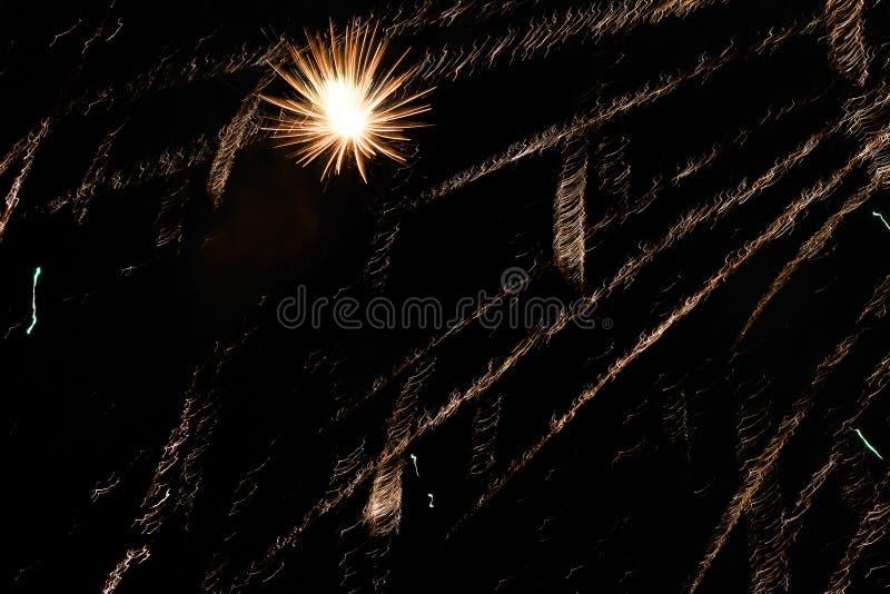 Salut w nocnym niebie Jaskrawa tekstura świąteczni fajerwerki Abstrakcjonistyczny wakacyjny tło z różnorodnymi kolorów fajerwerka zdjęcie stock