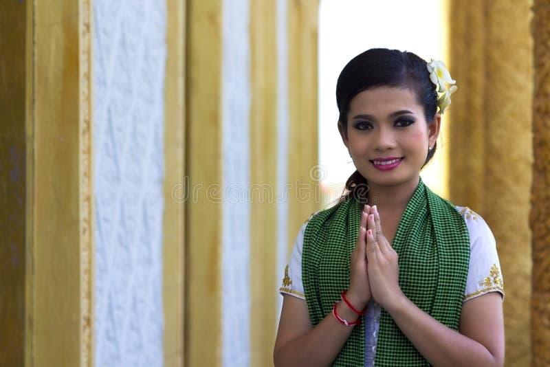 Salutation asiatique de fille dans le temple image libre de droits