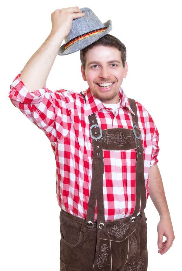 Salutation de l'homme bavarois avec le pantalon en cuir et le chapeau traditionnel photographie stock libre de droits
