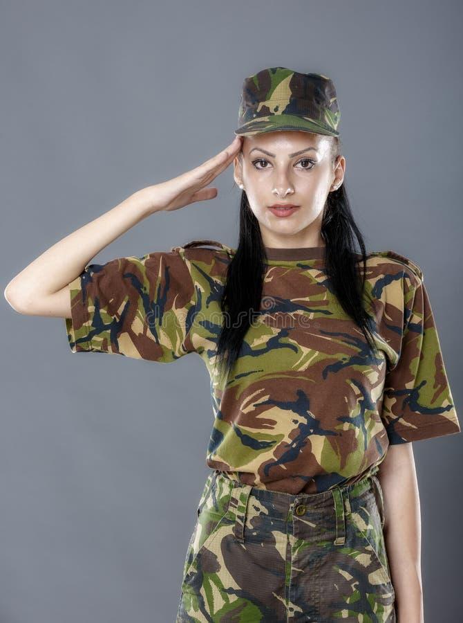 Salutation de soldat d'armée de femme images libres de droits