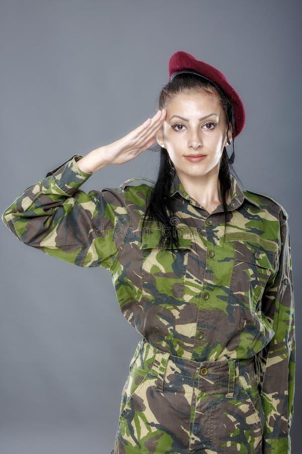 Salutation de soldat d'armée de femme photographie stock libre de droits
