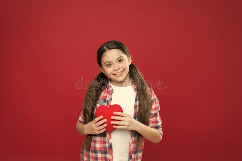 Salutation du coeur sinc?re J'? vous Amour mignon de symbole de coeur de prise d'enfant de fille C?l?brez le jour de valentines A photo stock