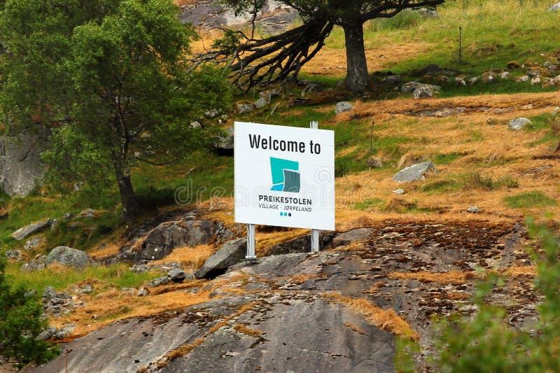 Salutation du poteau indicateur chez Preikestolen, la Norvège photos libres de droits