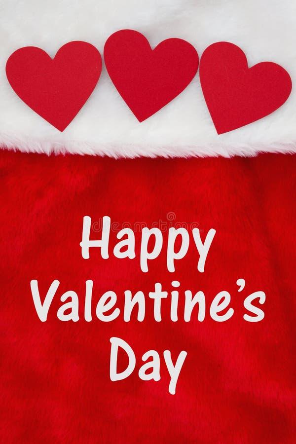 Salutation heureuse de Saint-Valentin avec des coeurs sur le tissu texturisé de peluche rouge et blanche images libres de droits