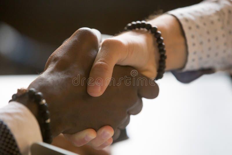 Salutation multiraciale de poignée de main de personnes avec l'accomplissement ou le succ photographie stock libre de droits