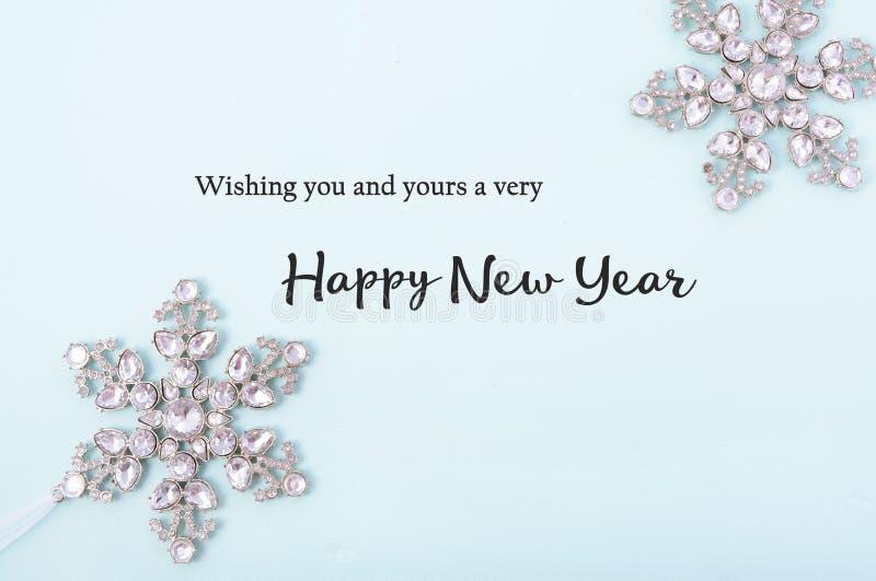 Salutations de bonne année sur le fond décoré photo libre de droits