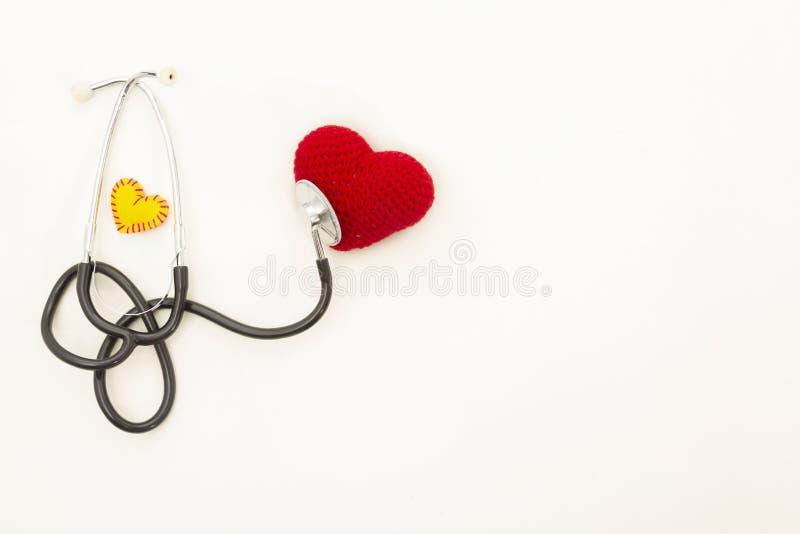 Salute del cuore Stetoscopio e cuore rosso Crochet immagine stock libera da diritti