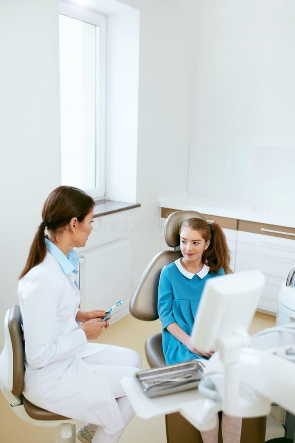 Salute dentale Dentista And Happy Girl nell'ufficio di odontoiatria immagine stock libera da diritti