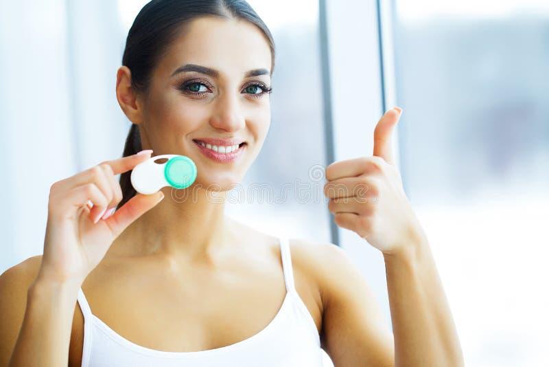 Salute e bellezza Giovane donna che applica le lenti a contatto Vista fresca Ritratto di bella donna con il contatto verde immagine stock
