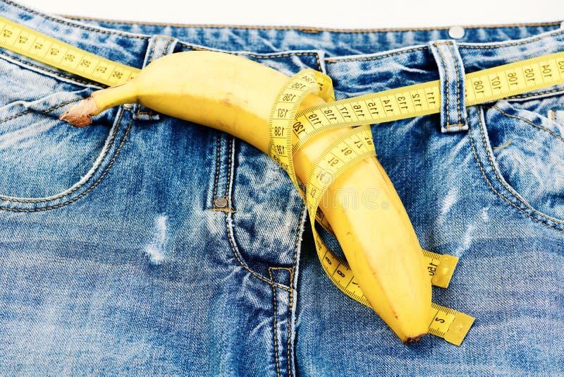 Salute e concetto di sessualità del maschio: biforcazione e banana dei jeans immagini stock