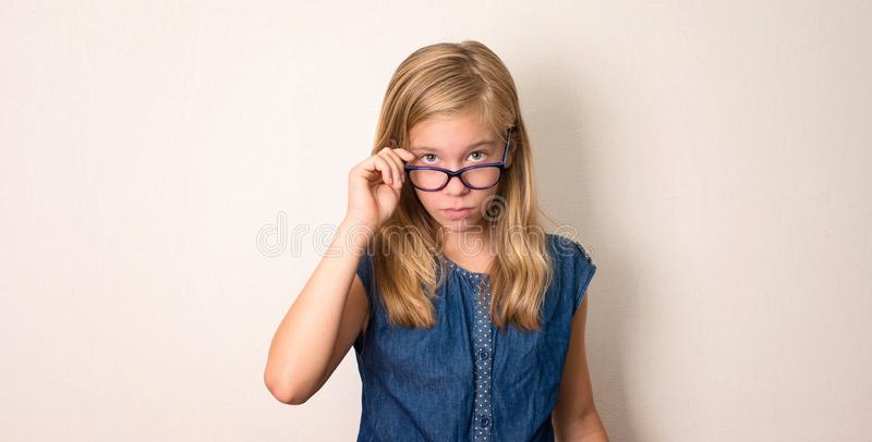 Salute, istruzione e concetto della gente Ragazza teenager seria nel eyegl fotografia stock
