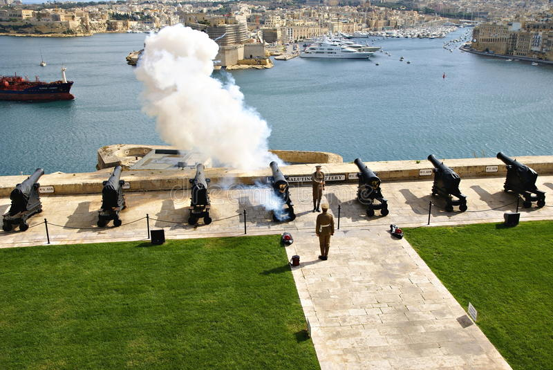 Salutera det Lascaris batteriet i Valletta, huvudstad av Malta royaltyfri foto