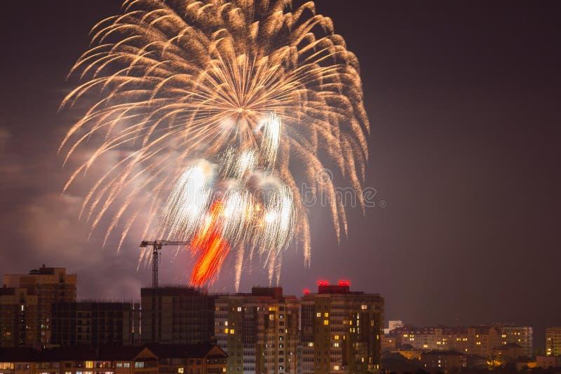 Salutera i heder av Victory Day beröm på Maj 9, 2018 i hjältestaden av Anapa, Ryssland arkivfoton