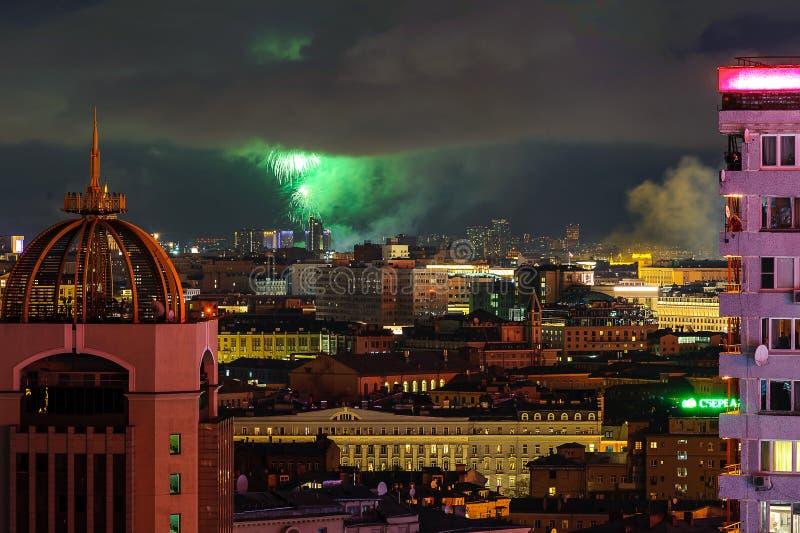 Salutera i heder av Victory Day på Maj 9 berömmar i Moskva fotografering för bildbyråer