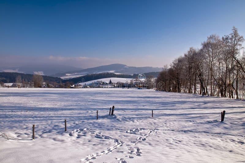 Saluti di inverno da paesaggio nevoso immagini stock