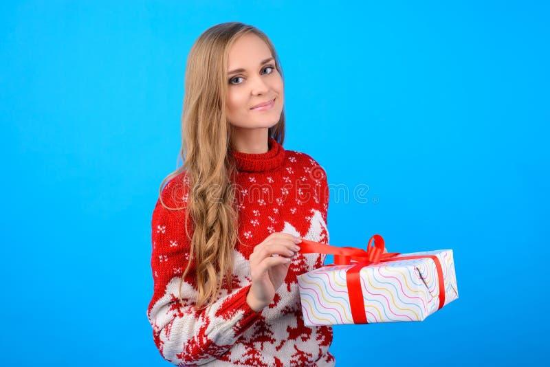 Saluti di Natale ed auguri! Una ragazza affascinante è op fotografie stock