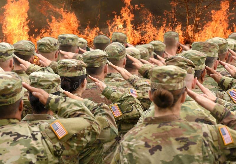 Saluto americano e fuoco dei soldati nel collage anteriore immagini stock libere da diritti
